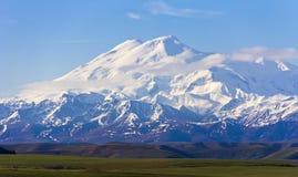 Prachtige Elbrus in lichte wolken De Kaukasus Stock Fotografie