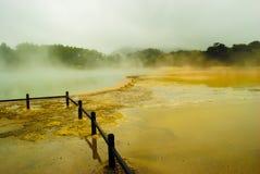 Prachtige en schitterende vulkaankrater met geel meer royalty-vrije stock foto