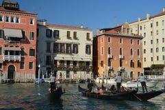 Prachtige Foto bij Zonsondergang van Grand Canal met Drie Lopende Toeristen van Gondolors in Venetië Reis, Vakantie, Architectuur royalty-vrije stock afbeelding