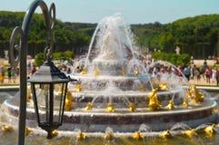 Prachtige gouden fontein in Parijs stock afbeelding