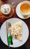 Prachtige heerlijke thee met hete pannekoeken Dien het plaatsen in Ontbijt royalty-vrije stock afbeeldingen