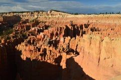 Prachtige Hodes-Vormingen bij Zonsopgang in Bryce Canyon geology Reis nave stock fotografie
