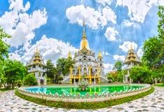 Prachtige hoofdzaal van de tempel Myanmar in Vietnam Stock Foto's