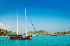 Prachtige jachten in de baai. Turkije. Kekova. Stock Afbeeldingen