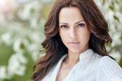 Prachtige jonge vrouw met perfecte huid stock foto