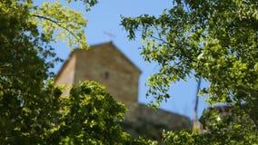 Prachtige Katskhi-Pijler met oude kerk op bovenkant in Chiatura, Georgië stock footage