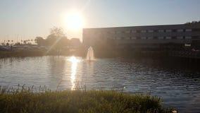 Prachtige kleine fontein in langzame motie, bij zonsondergang die dichtbij de Hotelibis Schiphol Amsterdam is stock video