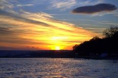 Prachtige kleurrijke hemel en één donkere wolk Royalty-vrije Stock Afbeeldingen