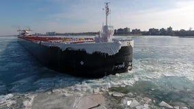Prachtige lucht4k hommelmening over de reusachtige tanker die van het het vrachtschipschip van de containervracht in de rivierzee stock footage