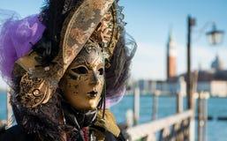 Het gouden Venetiaanse Masker van Carnaval Royalty-vrije Stock Foto