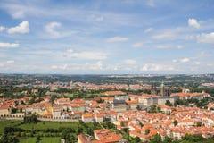 Prachtige Mening aan de Stad van Praag van Petrin-Observatietoren in Tsjechische Republiek stock foto's