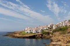 Prachtige mening met flats bij het overzees op Menorca, de Balearen, Spanje stock foto's