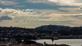 Prachtige mening van de wolken die snel op Meer Fusaro in Bacoli Napels lopen stock videobeelden