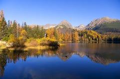Prachtige mening van het meer in de herfst Stock Foto's