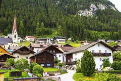 Prachtige meningen van de alpiene die hutten en de berg met bos worden behandeld stock afbeelding