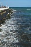 Prachtige meningen van San Sebastian Bay van zijn promenade en sterke golven die tegen uw golfbreker in San Sebastian laden LAN stock afbeelding