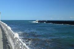 Prachtige meningen van San Sebastian Bay van zijn promenade en sterke golven die tegen uw golfbreker in San Sebastian laden LAN stock fotografie