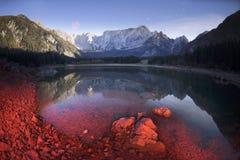 Prachtige ochtend van het meer Fusine stock foto's