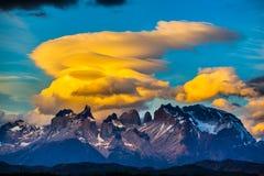 Prachtige oranje wolken royalty-vrije stock afbeelding