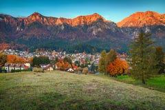 Prachtige Prahova-vallei in de herfst, Busteni, Transsylvanië, Roemenië, Europa Stock Afbeelding