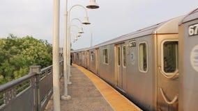 Prachtige reusachtige moderne stedelijke metro van de staalmetro trein die van de binnenstad bij de post van de spoorwegbuurt op  stock footage