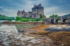 Prachtige schemer over loch in Eilean Donan Castle, Schotland Royalty-vrije Stock Fotografie