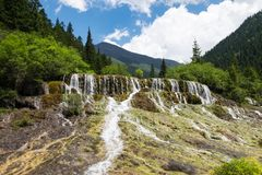Prachtige vliegende waterval tijdens zomer Stock Afbeelding