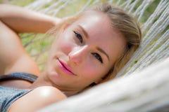 Prachtige vrouw in een hangmat Royalty-vrije Stock Fotografie