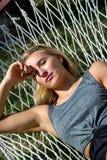 Prachtige vrouw in een hangmat Royalty-vrije Stock Foto