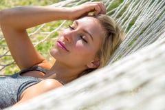 Prachtige vrouw in een hangmat Stock Foto
