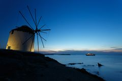 Prachtige windmolen bij schemer Royalty-vrije Stock Afbeeldingen