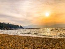 Prachtige Zonsondergang bij Meer Tahoe stock foto's