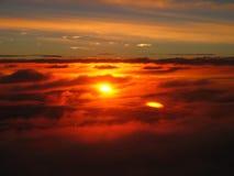 Prachtige zonsondergang boven de wolken, vreedzame meditatieve atmosfeer Royalty-vrije Stock Foto's
