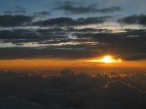 Prachtige zonsondergang boven de wolken, vreedzame meditatieve atmosfeer Royalty-vrije Stock Afbeeldingen