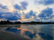 Prachtige zonsondergang op het strand Stock Fotografie