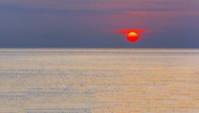 Prachtige zonsopgang over een kalme overzees Royalty-vrije Stock Afbeeldingen