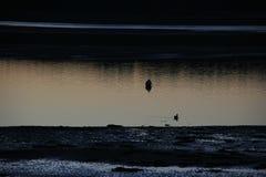 Prachtvoller aber einfrierender Sonnenuntergang über einer schottischen Küstendorf Bucht stockfoto