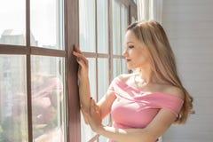 Prachtvoller blonder vorbildlicher genießender Sommermorgen auf dem Balkon SP Lizenzfreies Stockfoto