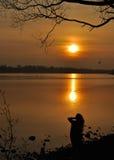 Prachtvoller Sonnenuntergang mit Schattenbild Stockfotografie