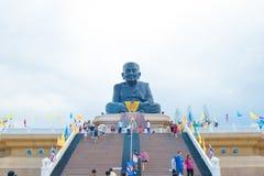 Prachuabkhirikhan, Tailândia - 17 de julho de 2016: Estátuas de Luang Bhor Thuad no templo Wathuaymongkol de Huaymongkol Imagens de Stock Royalty Free