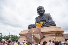 Prachuap Khiri Khan, Таиланд - 12-ое июня 2016: Люди в тайском виске Для редакционной пользы только Стоковое фото RF