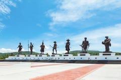 Prachuap Khiri Khan - 15 Juli: Zeven standbeelden van Thaise grote koning Stock Foto