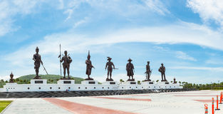 Prachuap Khiri Khan - 15 Juli: Zeven standbeelden van Thaise grote koning Stock Afbeeldingen
