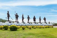 Prachuap Khiri Khan - 15 Juli: Zeven standbeelden van Thaise grote koning Stock Fotografie