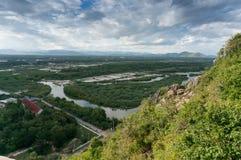 Prachuap Khiri Khan stad, sikt från khaochongkrajoktemplet, land Royaltyfri Foto
