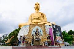 Prachuap Khiri Khan, Tailândia - abril, 18, 2017: Um Buddh dourado Imagens de Stock Royalty Free