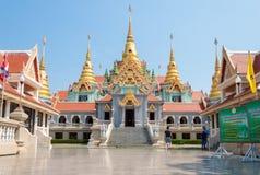 PRACHUAP KHIRI KHAN, TAILÂNDIA - 26 de abril de 2016: Dourado budista Fotografia de Stock Royalty Free