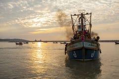 PRACHUAP KHIRI KHAN TAILÂNDIA - 29 DE MARÇO: barco tailandês da pesca aproximado fotos de stock royalty free