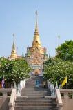 PRACHUAP KHIRI KHAN, TAILANDIA - 26 de abril de 2016: De oro budista Imagenes de archivo