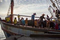 PRACHUAP KHIRI KHAN THAILAND - MÄRZ 29,2017: Arbeitskraft auf thailändischer FI Stockfotos